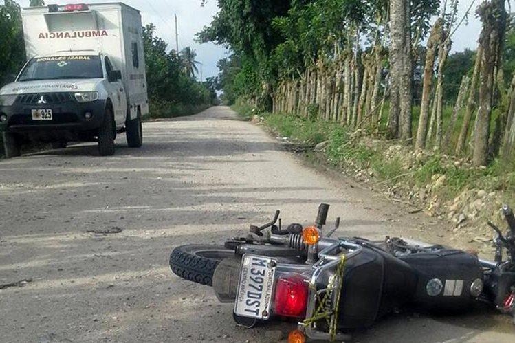 A 10 metros de la motocicleta quedó el cuerpo de Fredy Molina quien cayó de la moto, el camino a aldea Suiche Quebrada, Morales, Izabal. (Foto Prensa Libre: Dony Stewart)