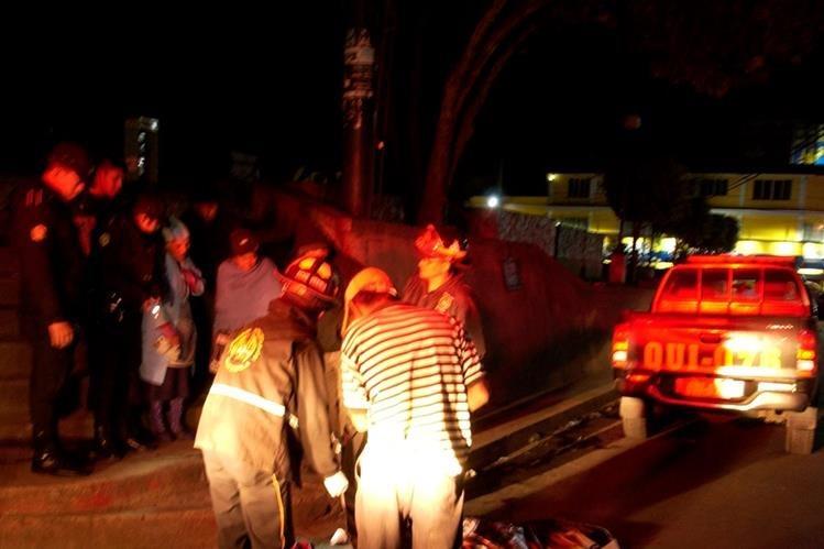 Agentes de la PNC acordonan el área donde vecinos de Santa Cruz del Quiché hallaron el cadáver de un hombre. (Foto Prensa Libre: Óscar Figueroa)