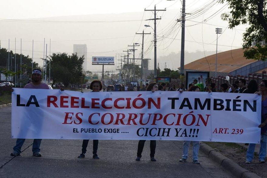 La reelección también es rechazada en las protestas, así como el establecimiento de una misión de la ONU que combata la impunidad en el país. (Foto Prensa Libre: AFP).