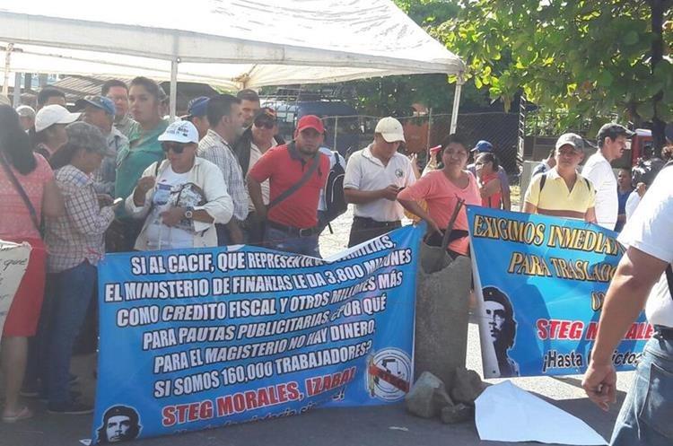 En Izabal el Sindicato de Trabajadores de la Educación de Guatemala (STEG) bloqueo desde las 6 de la mañana.