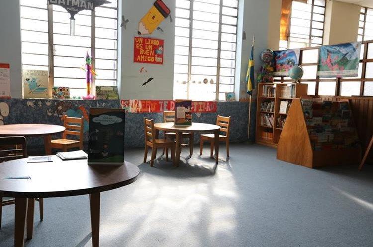 Hay una sala infantil, donde los niños pueden encontrar cuentos, fábulas y cancioneros. (Foto Prensa Libre: Ana Lucía Ola)