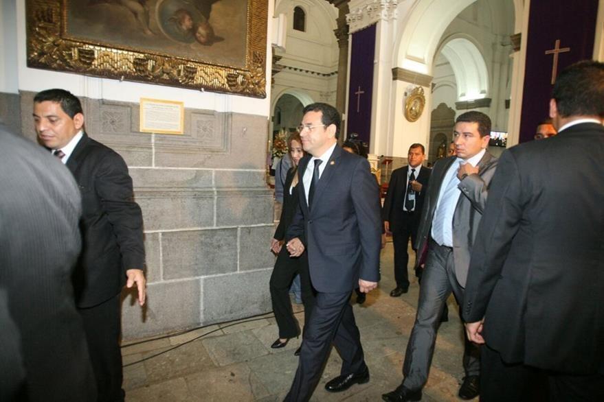 El presidente Jimmy Morales y su esposa evadieron a los manifestantes frente a la Catedral Metropolitana. (Foto Prensa Libre: Óscar Rivas).