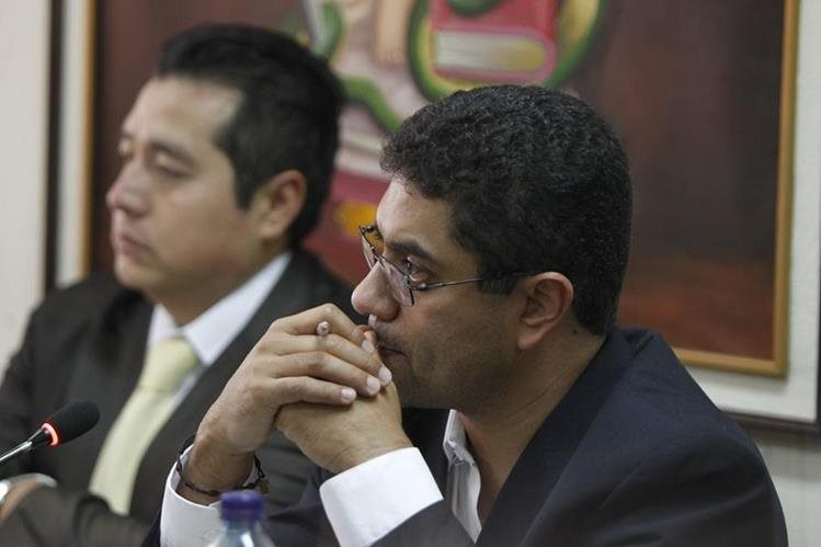 Óscar Armando García Muñoz escucha a la jueza Silvia de León, quien lo ligó a proceso por asociación ilícita y cohecho pasivo en forma continuada. (Foto Prensa Libre: Paulo Raquec)