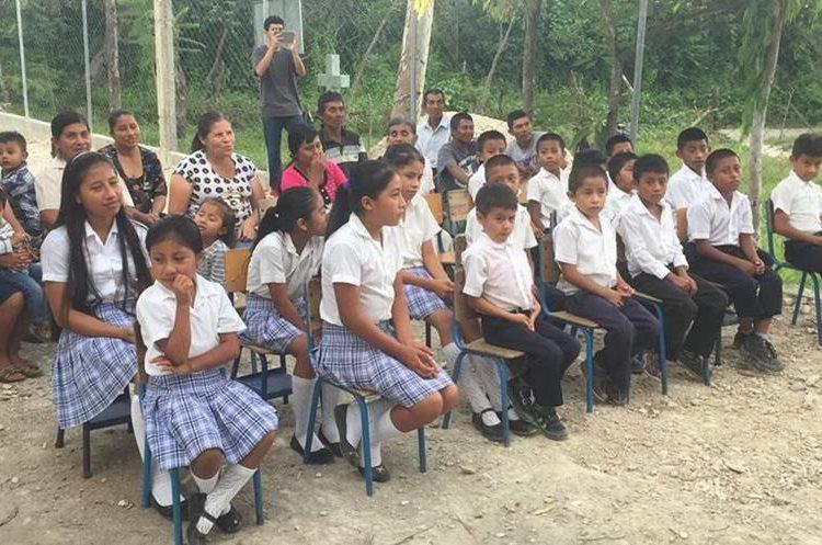 Dos maestros lograron que varios niños de Jalapa aprendieran a leer y escribir. (Foto Prensa Libre: Hugo Oliva)