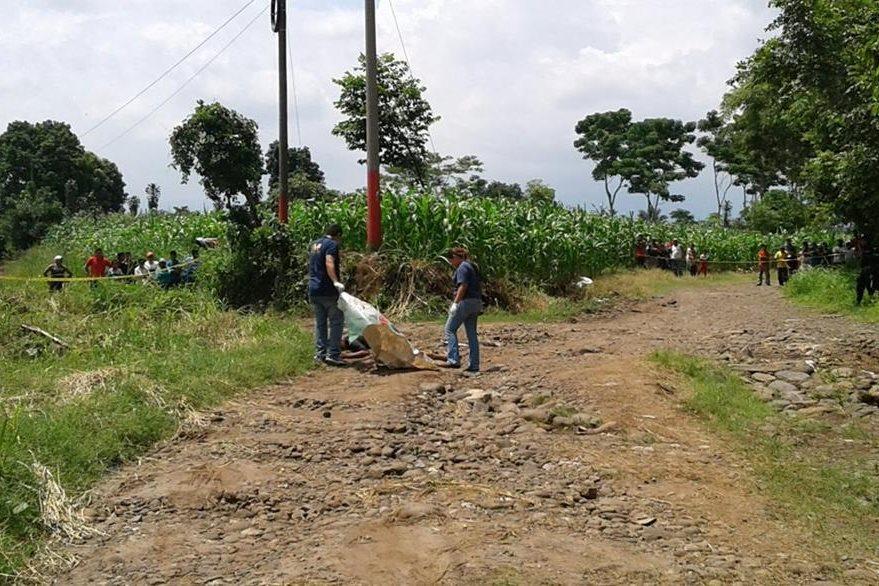 El cadáver de una persona que no fue identificada yace en un camino de tierra, en Cuyotenango, Suchitepéquez. (Foto Prensa Libre: Melvin Popá)