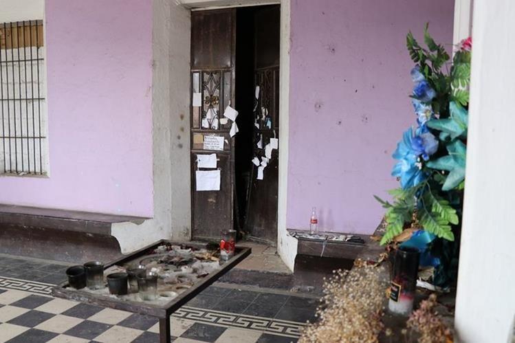 La puerta de la capilla del cementerio fue violentada por desconocidos. (Foto Prensa Libre: Mario Morales)