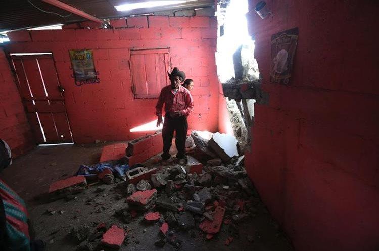 Un vecinos de Tacaná observa los restos de su casa que quedó dañada por el sismo fuerte del pasado jueves 7 de septiembre. (Foto Prensa Libre: EFE)