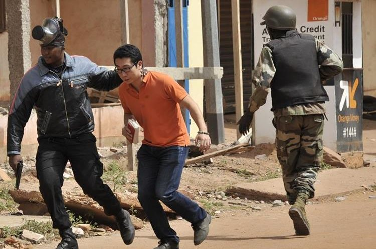 Malian security forces evacuate a man from an area surrounding the Radisson Blu hotel in Bamako on November 20, 2015. Gunmen went on a shooting rampage at the luxury hotel in Mali