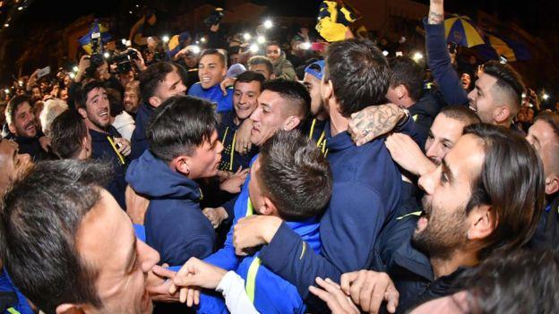 Jugadores y aficionados se fundieron durante las celebraciones en Bahía Blanca. AFP