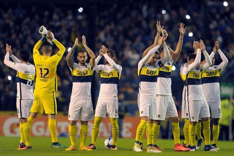 Los jugadores de Boca le dedican el triunfo a su afición. (Foto Prensa Libre: AFP)