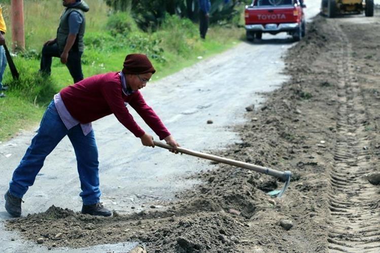 Vecinos del valle de Palajunoj, Quetzaltenango, pagan maquinaria y ponen mano de obra para mejorar tramo en mal estado. (Foto Prensa Libre Carlos Ventura)