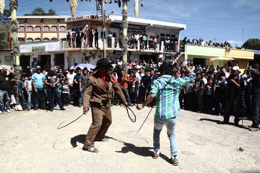 En San  Andrés  Semetabaj, Sololá, cada Sábado de Gloria se celebra el Xutío, que representa el arrepentimiento de Judas. La población  se azota con una vara de árbol de membrillo. (Foto Prensa Libre: Ángel Julajuj)