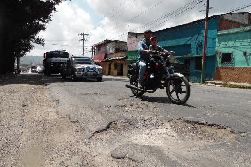 Vecinos de varios departamentos viven un calvario al cruzar la cabecera de Chimaltenango, por el mal estado de la carretera. (Foto Prensa Libre: José Rosales)