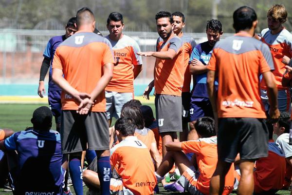 Los estudiosos se tomaron un tiempo antes del entreno de ayer, en ese momento hicieron una reflexión acerca de su actuación. (Foto Prensa Libre: Carlos Vicente)