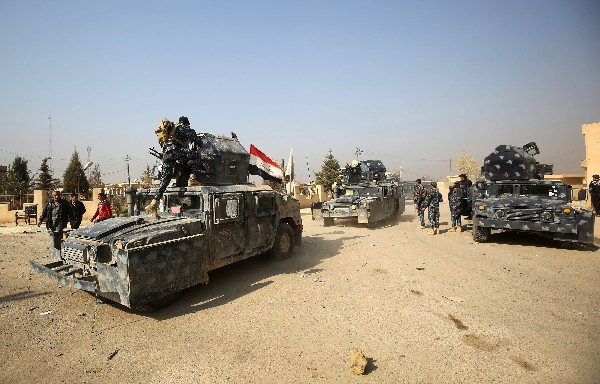 Fuerzas iraquíes patrullan el área de Hamam Al-Alil, a unos 14 kilómetros de Mosul. (AFP).
