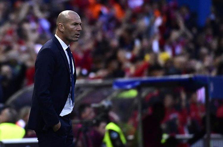 El francés Zinedine Zidane, técnico del Real Madrid, en su área técnica.