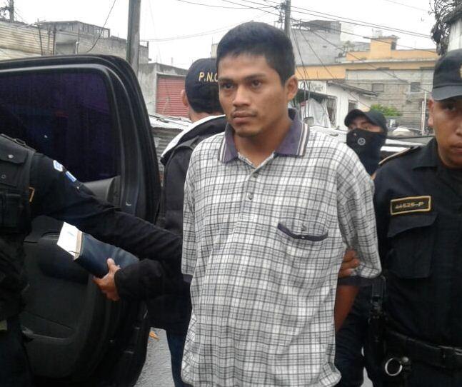 Agentes de la PNC al momento de efectuar capturas en La Libertad, zona 3. (Foto Prensa Libre: PNC)
