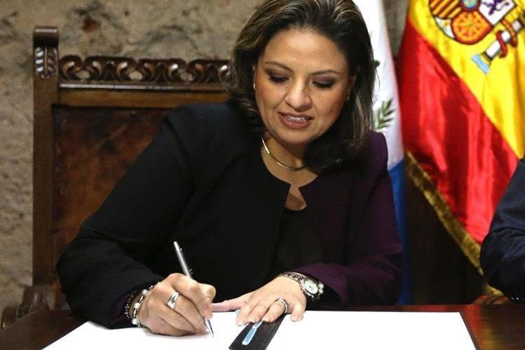 Sandra Jovel, ministra de Relaciones Exteriores de Guatemala, firma un documento en el marco de una reunión de cancilleres en Antigua Guatemala. (Foto Prensa Libre: EFE)
