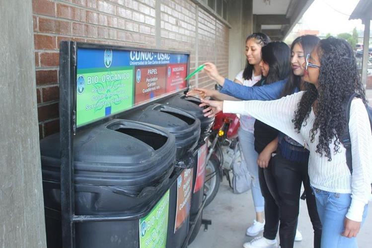 Universitarios se adaptan al proceso del manejo integral de los desechos sólidos en el Cunoc. (Foto Prensa Libre: Fred Rivera)