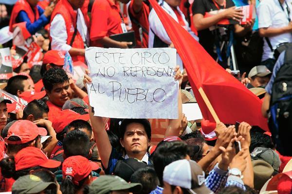 Fausto Rosales externa su descontento con la clase política del país durante la asamblea nacional de Líder. (Foto Prensa Libre: Edwin Bercián)
