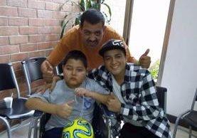 Marcos Alejandro Castellanos, quien padece de un tumor en el cerebro, - en silla de ruedas- junto a su padre y un hermano. (Foto Prensa Libre)