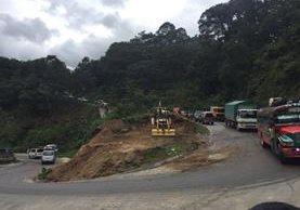 Maquinaria amplía la ruta en Chichicastenango, Quiché, donde colapsó una cuneta y socavó la carretera. (Foto Prensa Libre: Héctor Cordero)