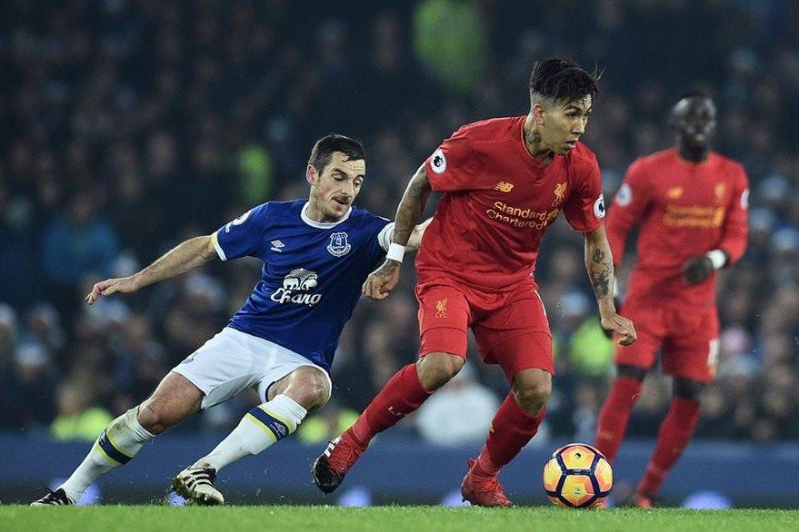 El astro brasileño del Liverpool, Roberto Firmino, fue sorprendido por la policía de Liverpool el sábado al volante con una tasa de alcohol. (Foto Prensa Libre: AFP)