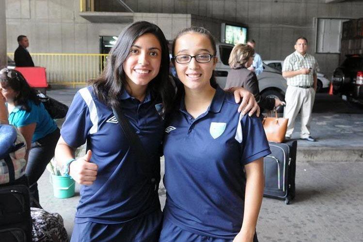Ana Lucía Martínez -izq.- junto a Vivian Herrera de la Selección Femenina en su regreso al país. (Foto Prensa Libre: Marcela Morales)