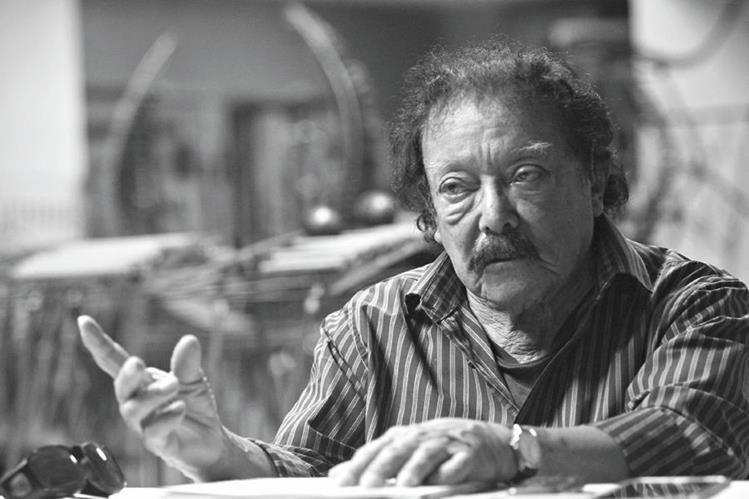 El maestro Joaquín Orellana en su estudio, en el Centro Cultural Miguel Ángel Asturias.Foto Prensa Libre: Álvaro Interiano