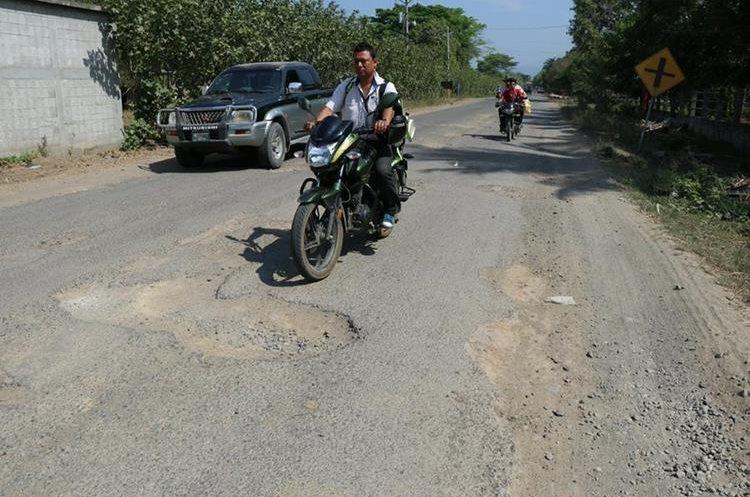 Los pocos kilómetros que hay de asfalto es de muy malas condiciones. (Foto Prensa Libre: Enrique Paredes)