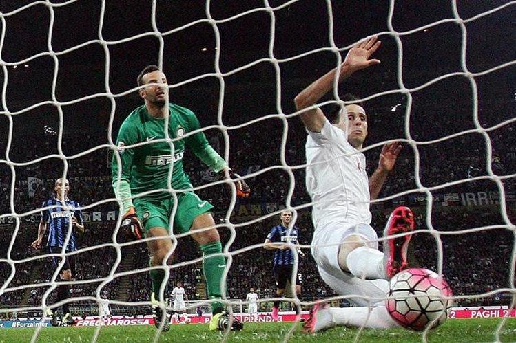 Nikola Kalinic anota el 2-0 a favor de la Fiorentina ante la mirada del portero del Inter Samir Handanovic. (Foto Prensa Libre: EFE)