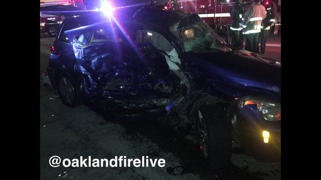 El vehículo donde viajaban los menores recibió un fuerte impacto. (Foto: @oaklandfirelive)
