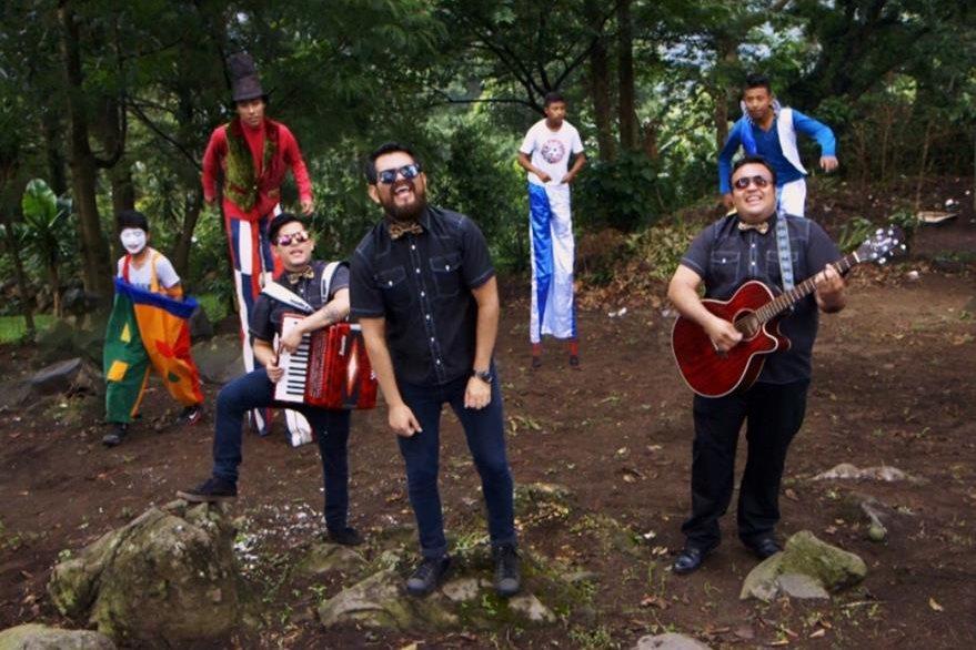 El videoclip muestra lugares llenos de color y personajes con diversas sonrisas que invitan a la diversión. (Foto  Prensa Libre: El Salto del Tigre)