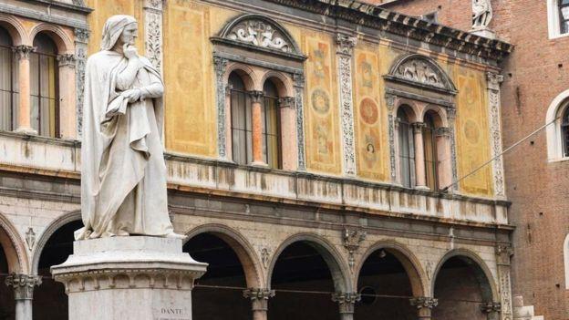 """El poeta Dante Alighieri escribió """"La Divina Comedia"""" en su dialecto nativo toscano, en vez de en latín. (Getty Images)"""