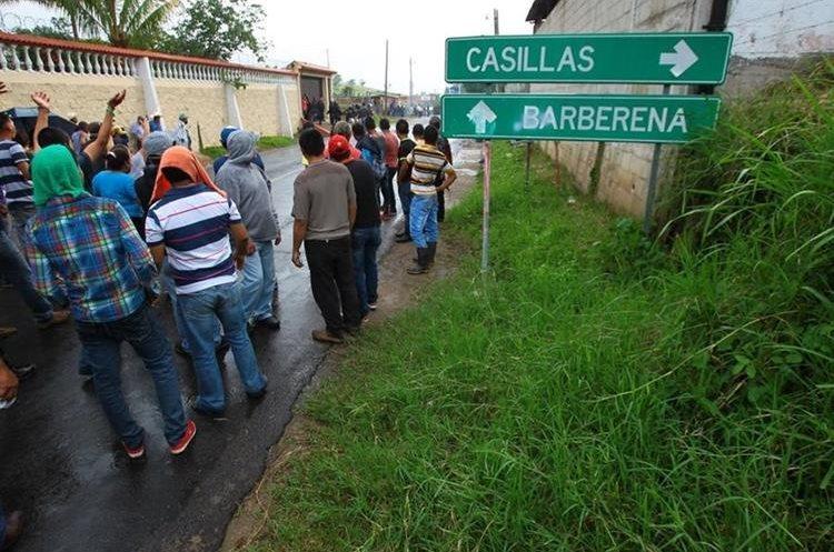 Debido a la oposición al trabajo de la Mina San Rafael, en San Rafael Las Flores, Santa Rosa, las fuerzas de seguridad disolvieron un bloqueo de vecinos de Casillas la semana pasada. (Foto Prensa Libre: Álvaro Interiano)