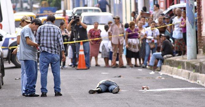 El Salvador ha experimentado un incremento considerable de la violencia. La mayoría de crímenes que se cometen en ese país son a manos de pandilleros, según las autoridades. (Foto: Internet).