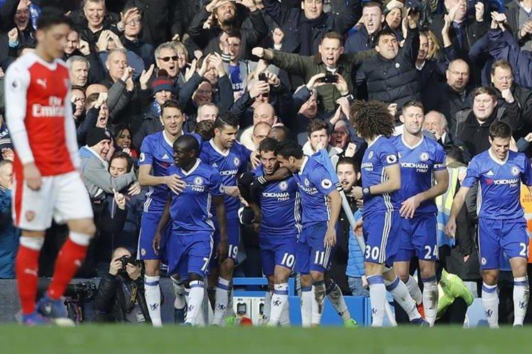 Hazard es felicitado por sus compañeros y Mesut Özil no da crédito a lo sucedido. (Foto Prensa Libre: AP)