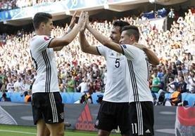 Hummels, Gomez y Drexler festejan luego de la tercera anotación. (Foto Prensa Libre: AP)