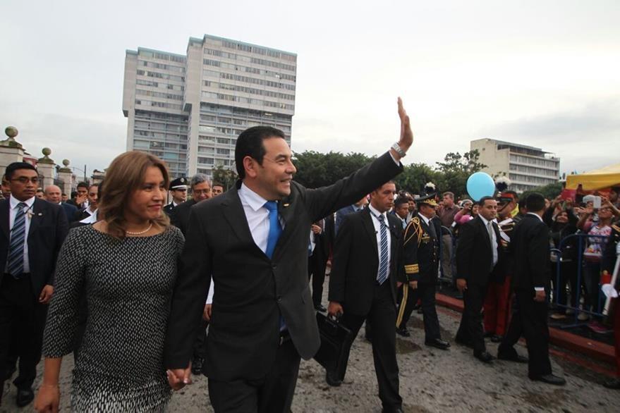 Presidente Jimmy Morales y su esposa Patricia se dirigen a la plataforma para los actos oficiales con motivo del 15 de septiembre. (Foto Prensa Libre: Óscar Rivas)