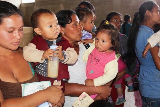 Rostros de desconsuelo e incertidumbre se observan en  madres que llegan al Hospital Nacional de Cuilapa. (Foto Prensa Libre: Oswaldo Cardona)