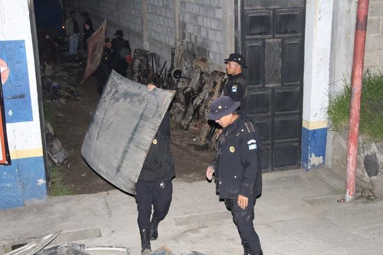 Agentes de la PNC decomisan en Cantel piezas de automotores que habrían sido robados. (Foto Prensa Libre: María José Longo)