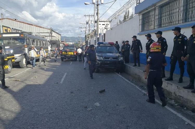 Padres de familia lanzaron piedras y otros objetos contra los agentes de la PNC durante los disturbios en Las Gaviotas, zona 13. (Foto Prensa Libre: Estuardo Paredes).