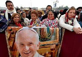 Mujeres chiapanecas portan la imagen del papa Francisco durante su visita a este estado el lunes. (Foto Prensa Libre: EFE).