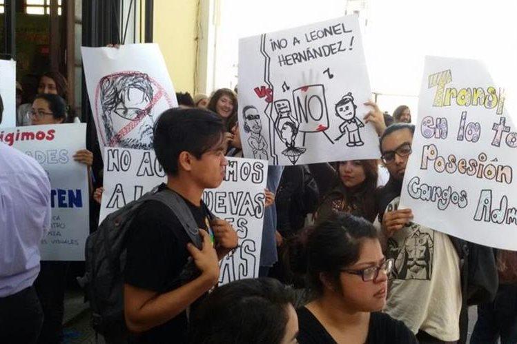 Estudiantes de la Escuela Superior de Arte de la USAC protestan por el nombramiento del nuevo director. (Foto Prensa Libre: Álvaro Interiano)