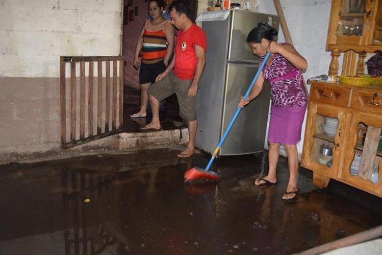 Una de las casas inundadas en la aldea Vaquilito, Retalhuleu. (Foto Prensa Libre: Jorge Tizol)