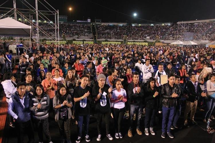 Panorámica del Estadio Cementos Progreso, donde miles de católicos se reúnen en la Vigilia Centroamericana por la PAz. (Foto Prensa Libre: Esbin García)