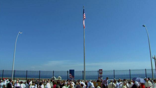 Tuvieron que pasar 54 años para que la bandera de EE. UU. volviera a ondear en suelo cubano. (Foto Prensa Libre: AP).