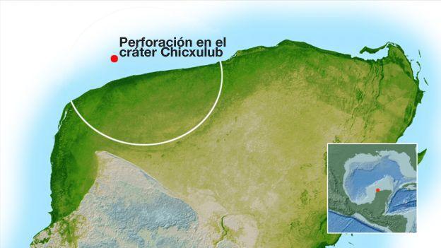 El borde exterior (arco blanco) del cráter se encuentra debajo de la Península de Yucatán, pero el anillo pico interior es de mejor acceso desde el mar. NASA