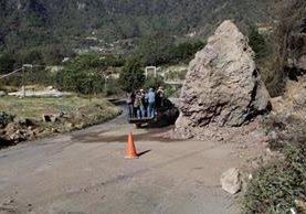 Grandes rocas obstaculizan el paso por un tramo de la carretera que conecta a Quetzaltenango con Retalhuleu. (Foto Prensa Libre: María José Longo)