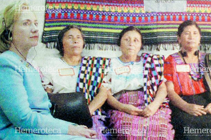 Hilary Clinton se reunió en 1998 con un grupo de madres indígenas en el Hospital Pedro de Bethancourt en Antigua Guatemala. Foto: Hemeroteca PL